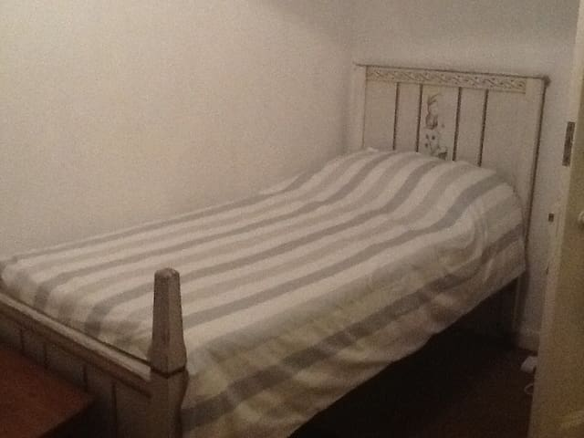 Spacious clean double room with single bed for one
