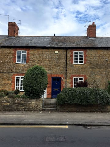 Cosy Sherborne Cottage with Parking