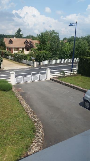 Cour pouvant accueillir 3 voitures + 1 dans le garage