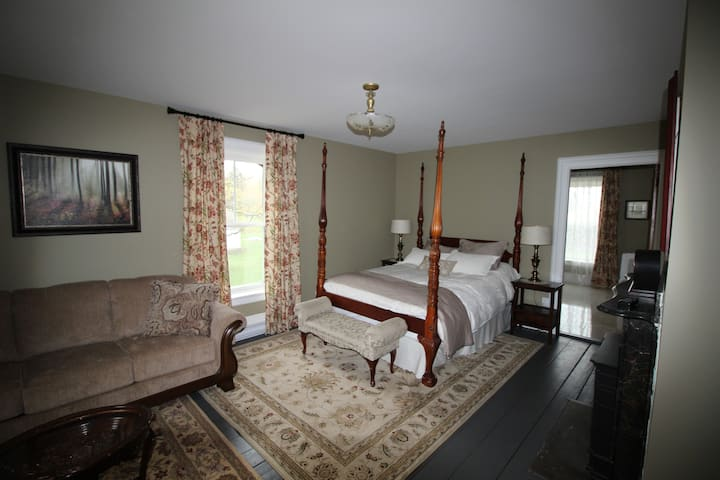 Maplehurst Manor - The Keillor Suite