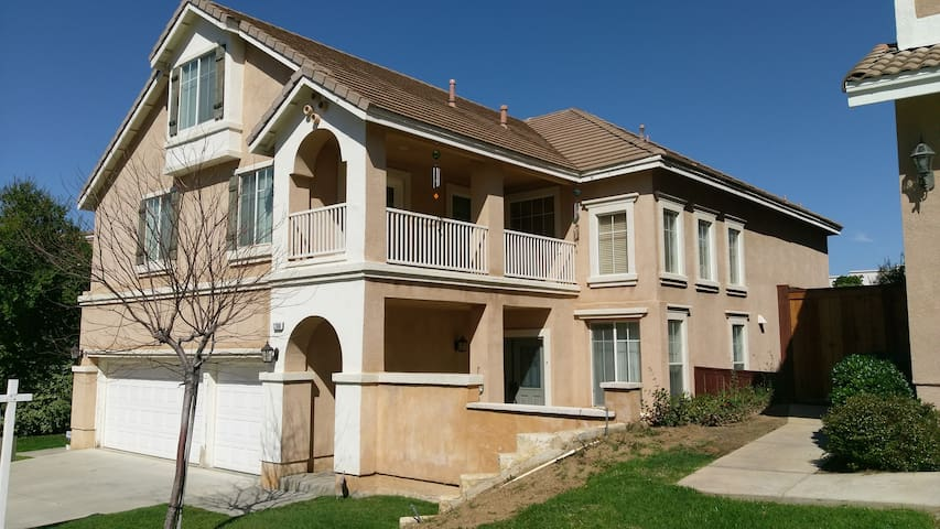 Enjoy your stay in this beautiful 3 story home. - Moreno Valley - Casa