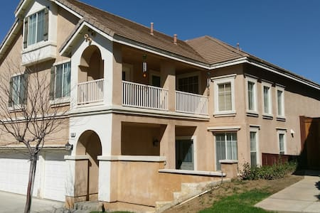 Enjoy your stay in this beautiful 3 story home. - Moreno Valley - บ้าน