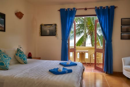 Balcony room with sea view in beachside Haven