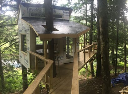 The Beaver Pond Treehouse - แฮนค็อก