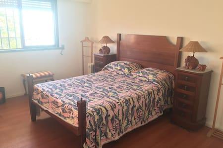 Room with double bed and en suite bathroom - Cruz Quebrada - Huis