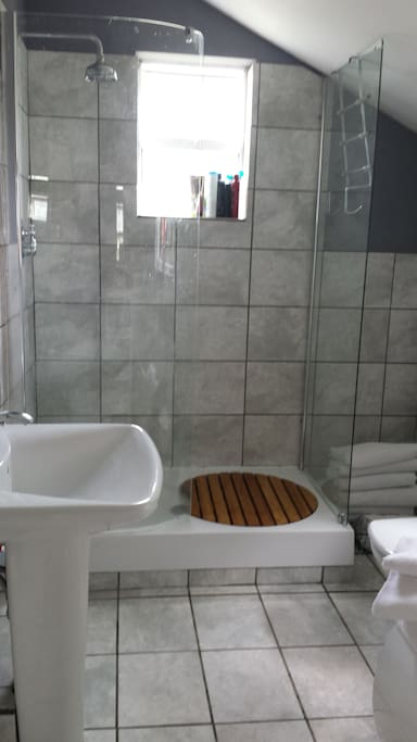 Ensuite has a shower and bath although we do ask guests not to use bath.
