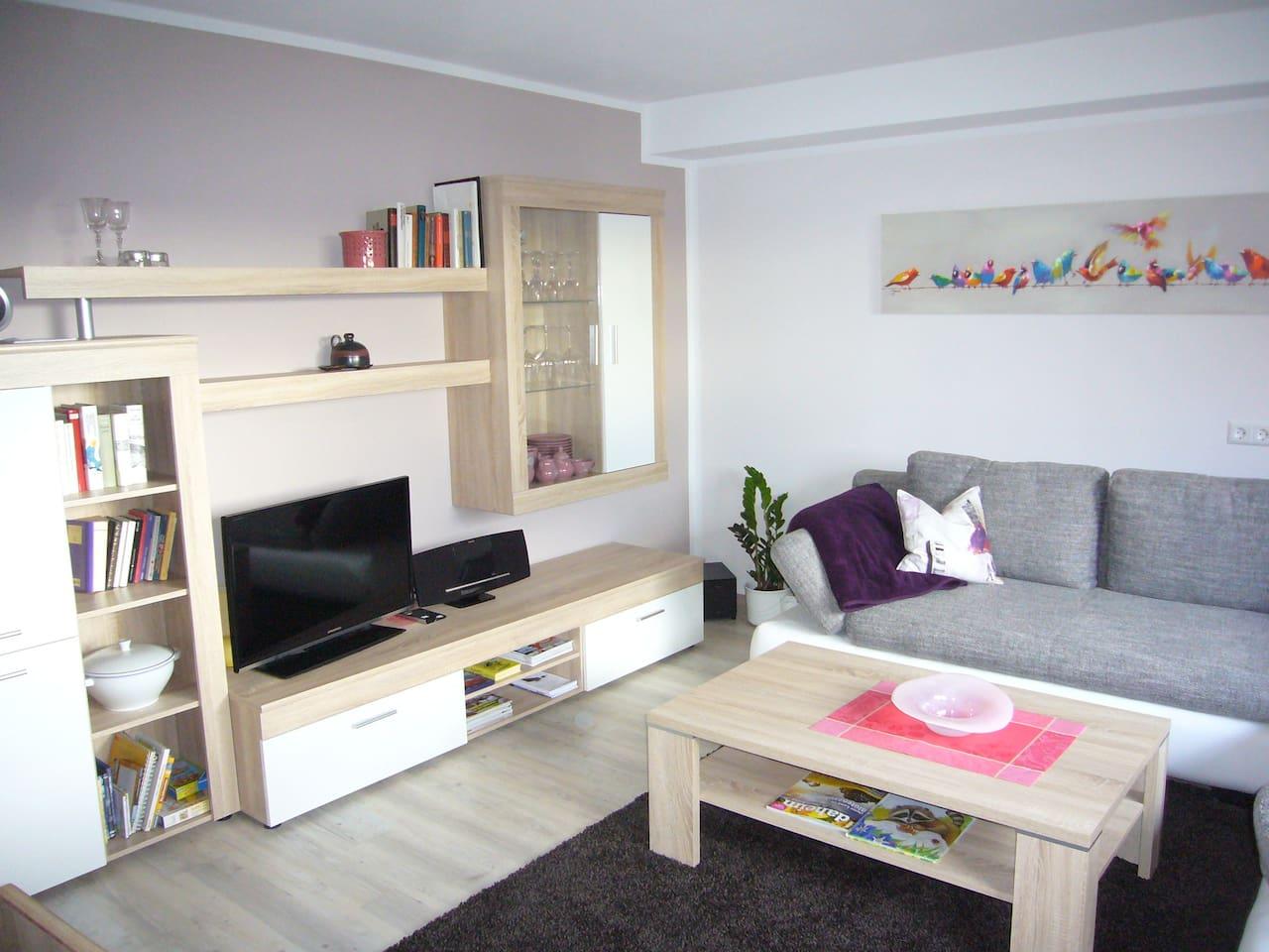 Wohnzimmer mit Heimkinosystem