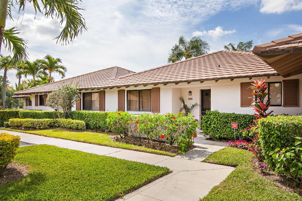 Pga National Bright Spacious Home With A Lake View Cottages For Rent In Palm Beach Gardens