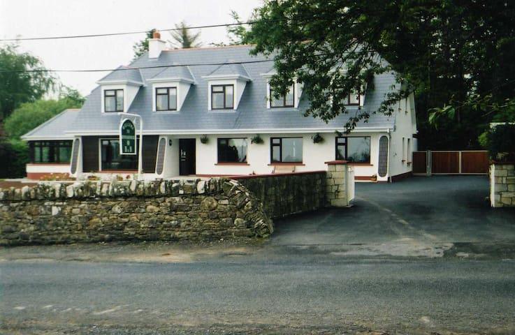 Rinnaknock B&B - Large Room 6 - Limerick