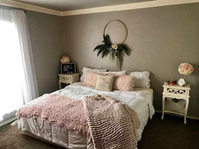 Cozy King Bedroom in DFW!! Near airports!!
