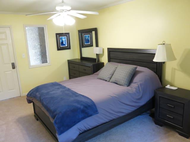 Private room near I-210 and Prien Lake Park