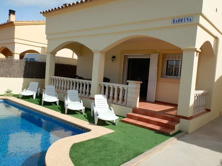 CASA BARRINA,Ideal house for your holidays near the sea, free wifi, air conditioning, private pool, pets allowed, dog's beach.
