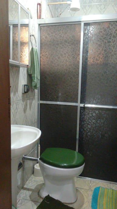 Banheiro com boxe e chuveiro.