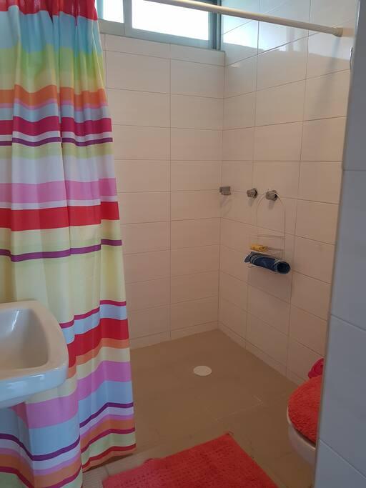 Baño independiente para uso exclusivo de la habitación, con toallas y shampoo.