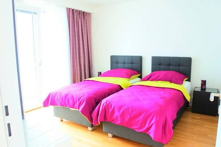 Schlafzimmer mit 2 Einzelbetten die man zu einem Doppelbett verbinden kann