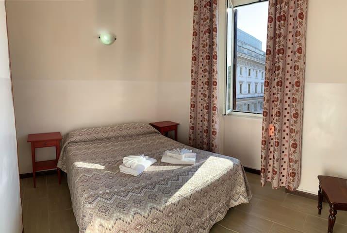 Camera doppia con AC e bagno privato, vista città