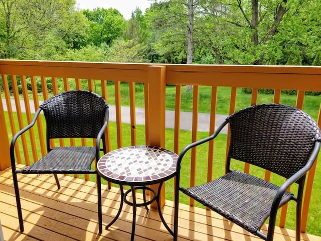 100-4|Beautiful 2br unit overlooking creek
