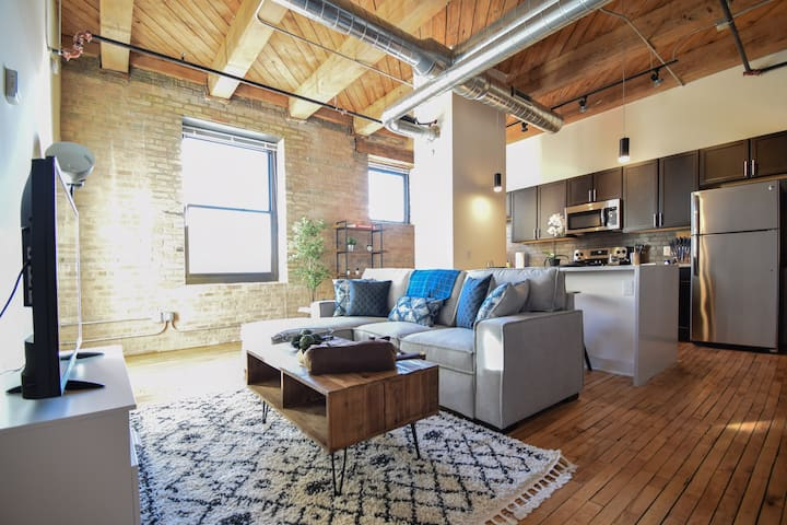 Updated Loft w/ Κing Bed - Walkers Point/3rd Ward