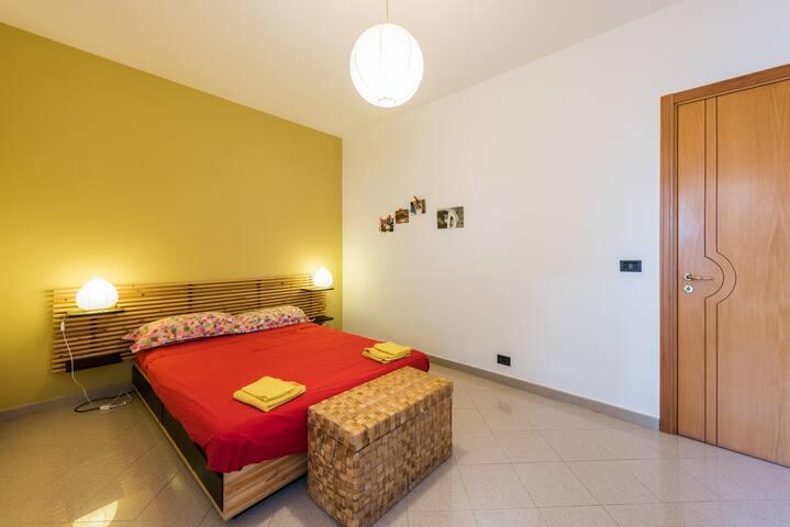 Camera da letto matrimoniale in ampio appartamento - Triggiano - Appartement