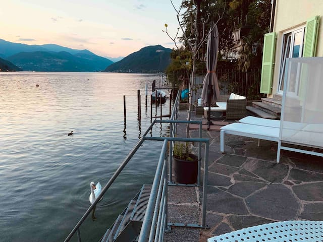 HAUS AM SEE CHARMING LAKE HOUSE mit Boje