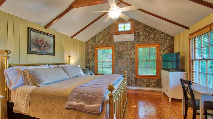 The Woodlands Cottage-Deck, Views & King Brass Bed