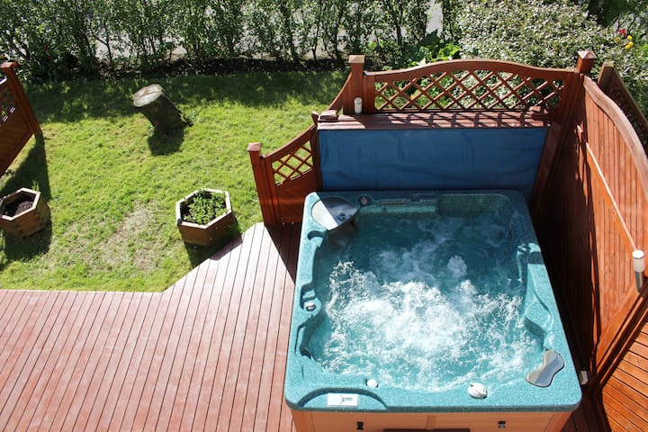 Family Friendly House with Jacuzzi