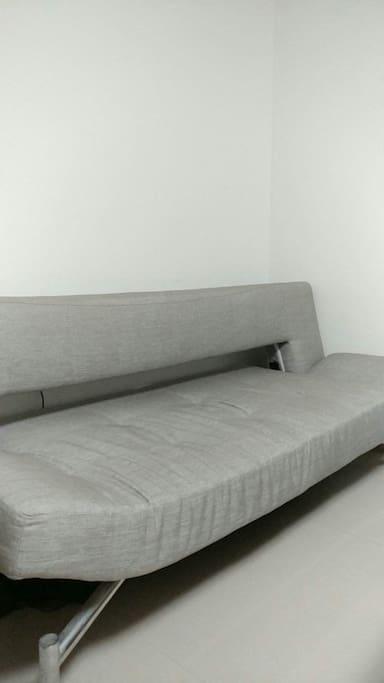 客厅沙发,可放倒当床
