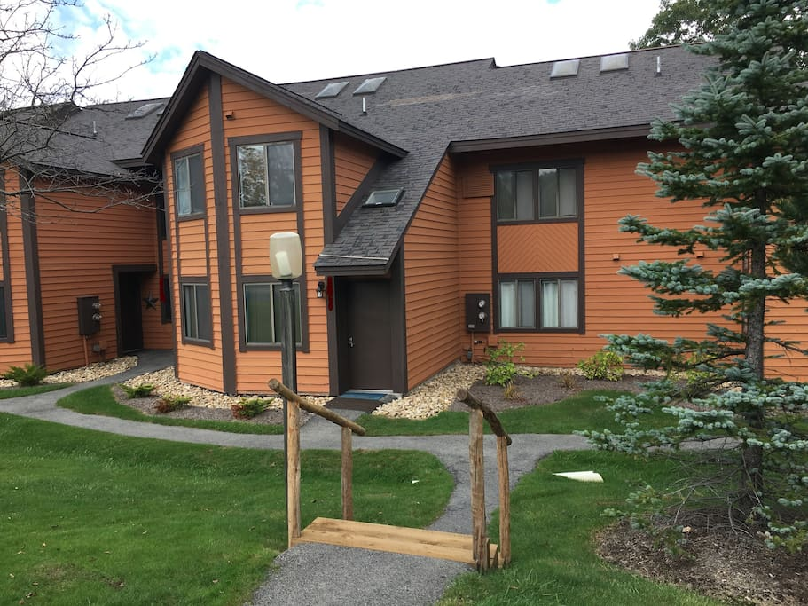 Outside view from parking lot, 20 yards from tennis courts, 40 yards to outdoor pool, 3 minute walk to ski slopes!
