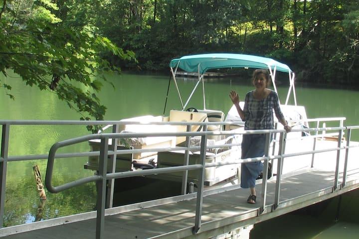 LAKE FRONT HISTORIC LOG CABIN SLEEPS 8 DOCK CANOES