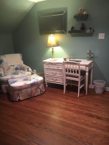 Cozy Broadripple home. Private room.  Near Butler