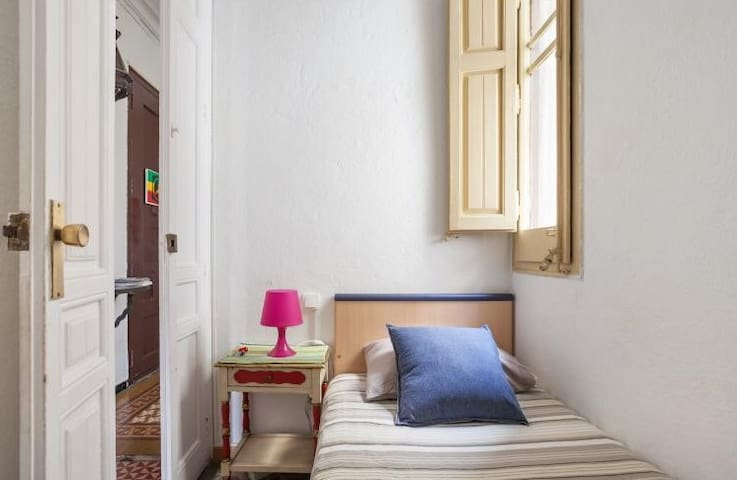 COZY ROOM SANTS STATION FOR VEGANS AND VEGETARIANS