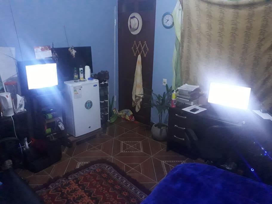vista desde la cama.. la compu con wifi para trabajar, el frigobar que no puede faltar para tener algo fresco.. la tv (sin cable)