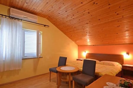 Compact one-bedroom apartment for 2+1 persons - Brodarica - Lejlighed