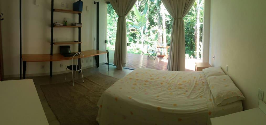Suite master com cortinas blackout, ampla mesa para computador e ventilador de teto.