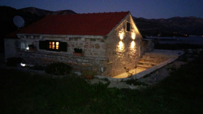 SMALL STONE HOUSE BY THE SEA! - Račišće - Rumah