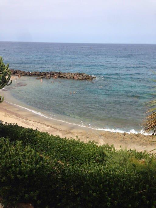 Spiaggia vista dal giardino della casa