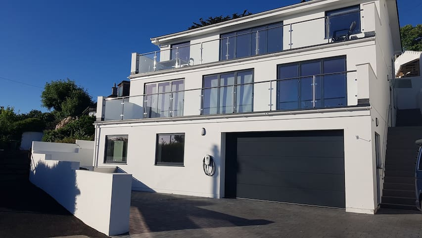 Modern Flat Overlooking Newlyn Harbour +Parking