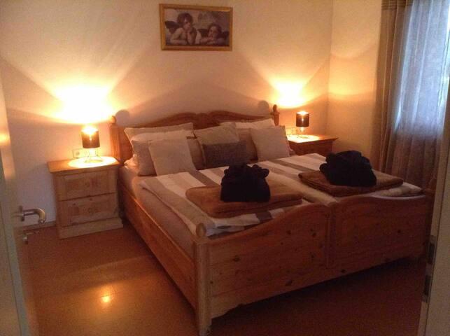 Schlafzimmer mit Doppelbett, Schrank und Kommode