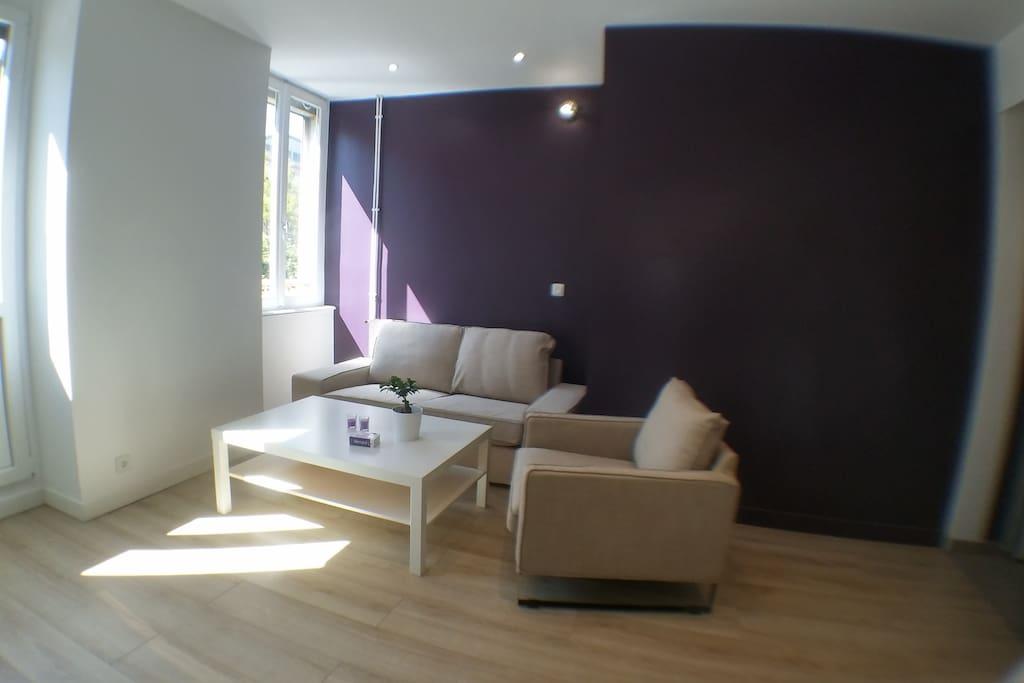 Table basse et espace orienté Sud avec un petit balcon (pour les fumeurs) pièce très illuminée toute la journée !