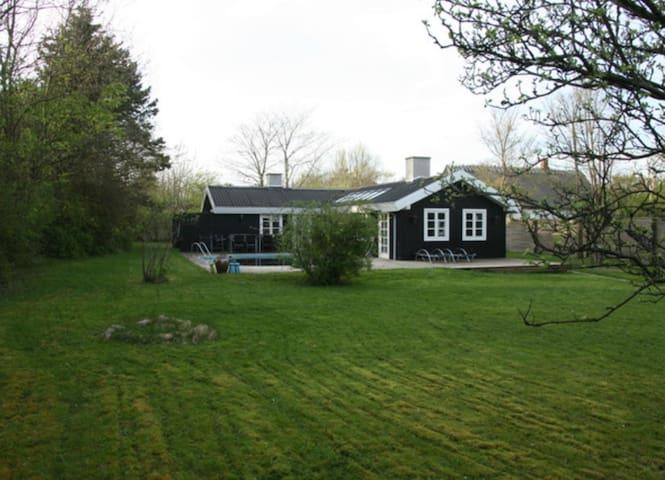 Lyst sommerhus tæt ved vandet - Vejby - Casa