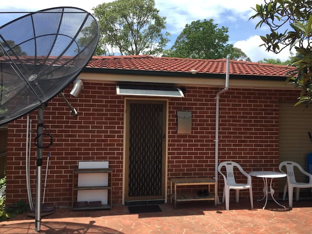 Great Granny Flat in the very convenience location - Croydon - Huis