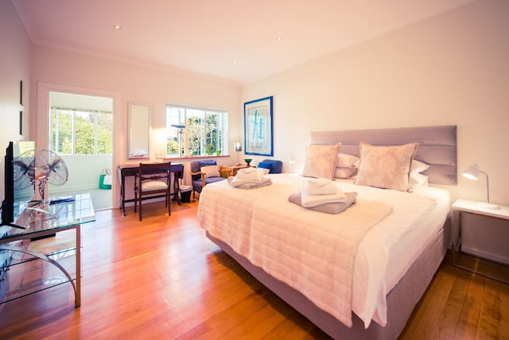 Sunny Studio Suite in the Heart of Fresnaye