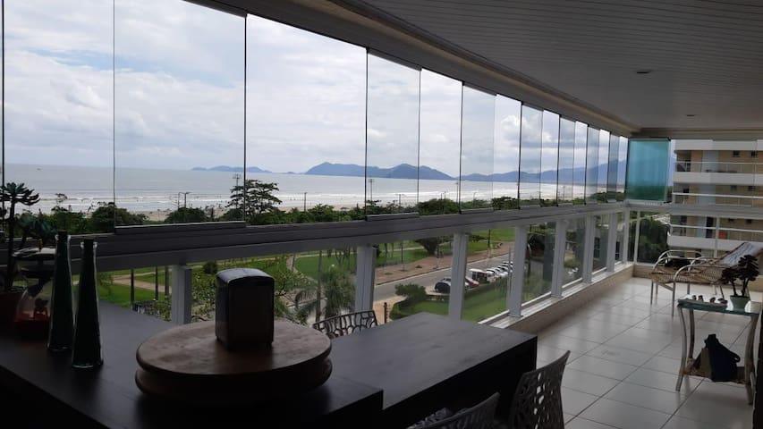 Apartamento pé na areia com vista  p/o Mar e Serra