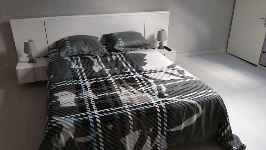 Grande chambre (25 m2)  confortable et calme. - Nonglard - Hus