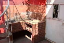 En el patio de segundo nivel hay una churrasquera para cocinar al aire libre