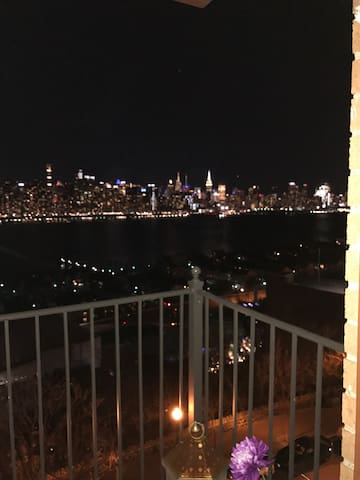 View of NYC with a balcony - Guttenberg - Apartmen