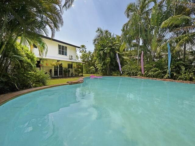 Fannie Bay - Queen bedroom with resort pool - Fannie Bay - Maison