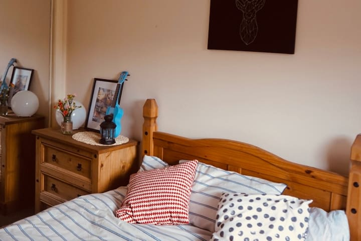 Cozy and modern double bedroom-15min bus to center