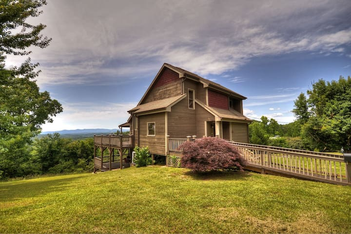 Bird`s Eye View Cabin 3 bed 2 bath sleeps 8 with an amazing game room and decks you can see for miles from!
