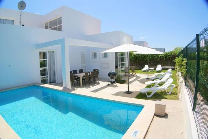 Ein Doppelzimmer+privatem Bad+Pool+Garten+Klima